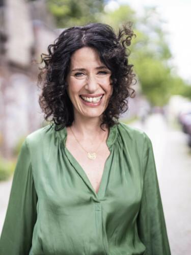 Bettina Jarasch geht über die Straße (Vogelperspektive)