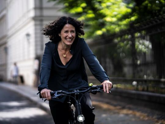Bettina Jarasch fährt auf dem Fahrrad durch Mitte