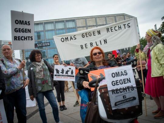 Omas gegen Rechts demonstrieren auf dem Alexanderplatz