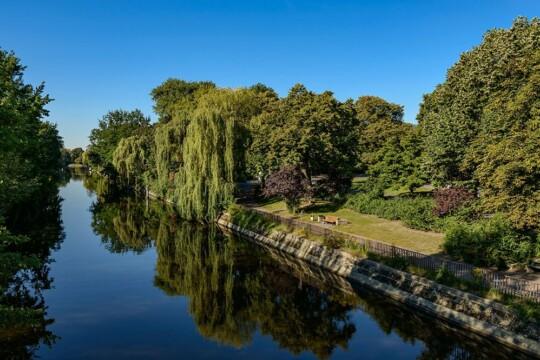 Bild vom Landwehrkanal, Kanal, Bäume am Ufer, blauer Himmel