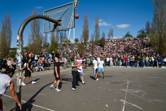 Eine Gruppe spielt Basketball
