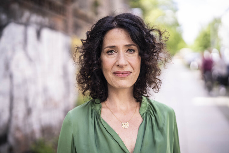 Portrait von Bettina Jarasch, im Hintergrund ist eine Straße zu erkennen