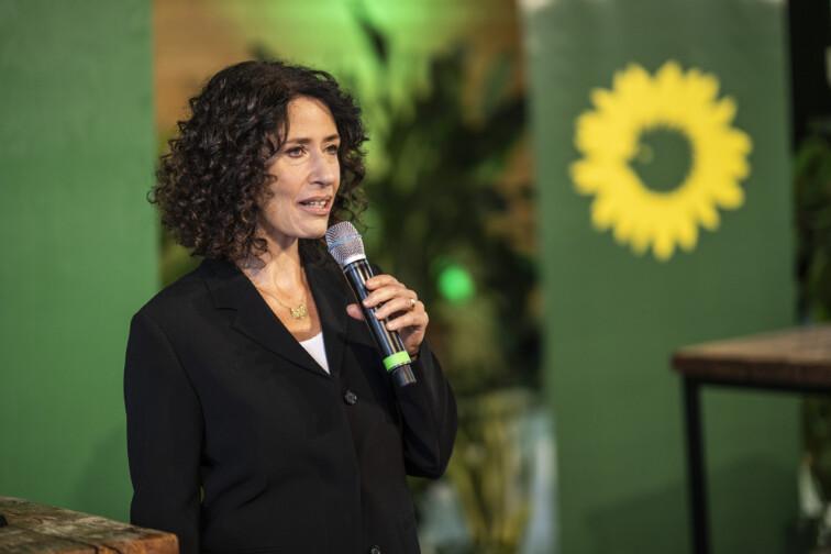 Bettina Jarasch spricht mit Mikrofon in der Hand auf einer Bühne